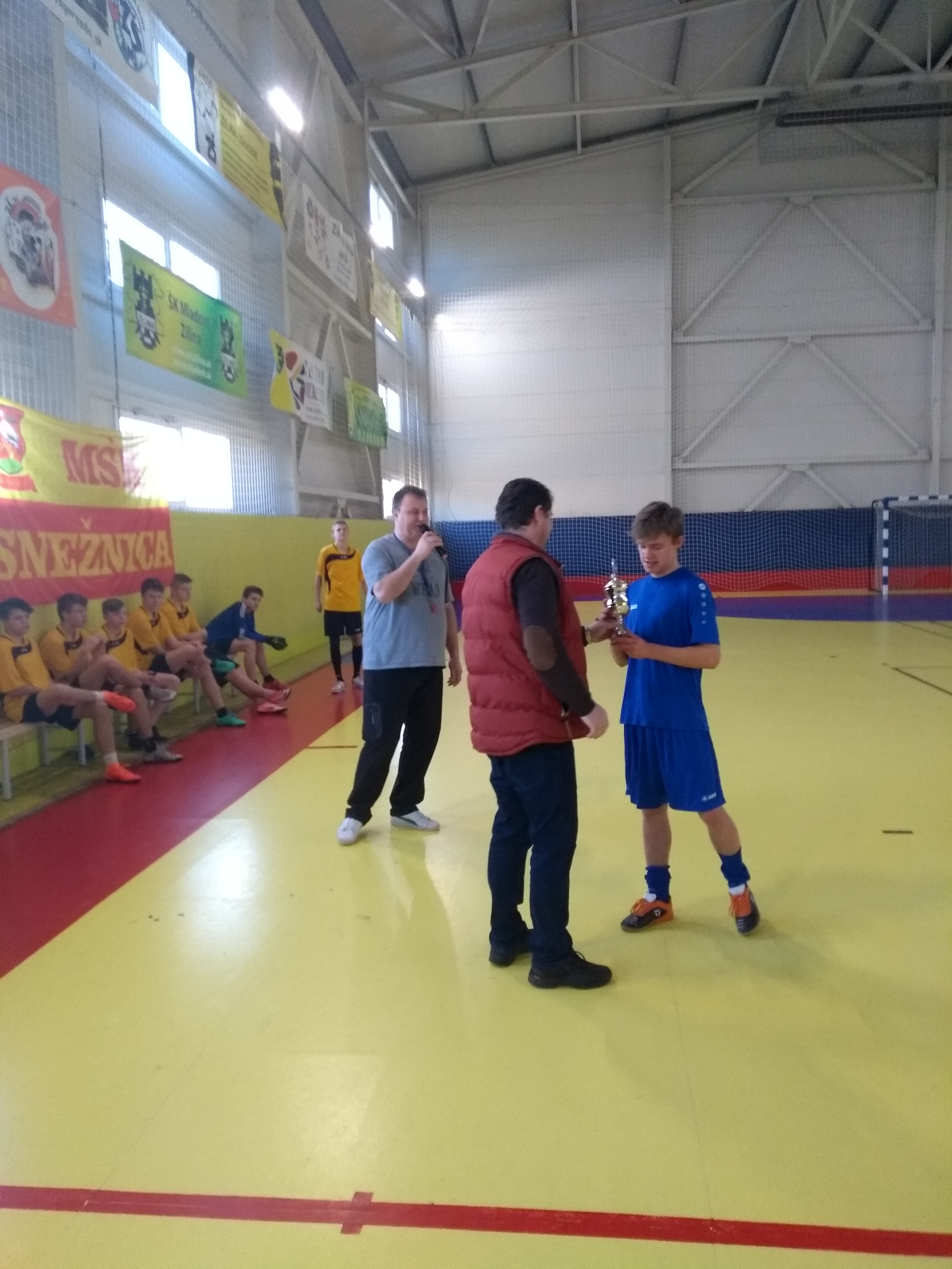 Kapitán Petrovíc preberá pohár od starostu obce Snežnica MVDr. Milana Hlavatého