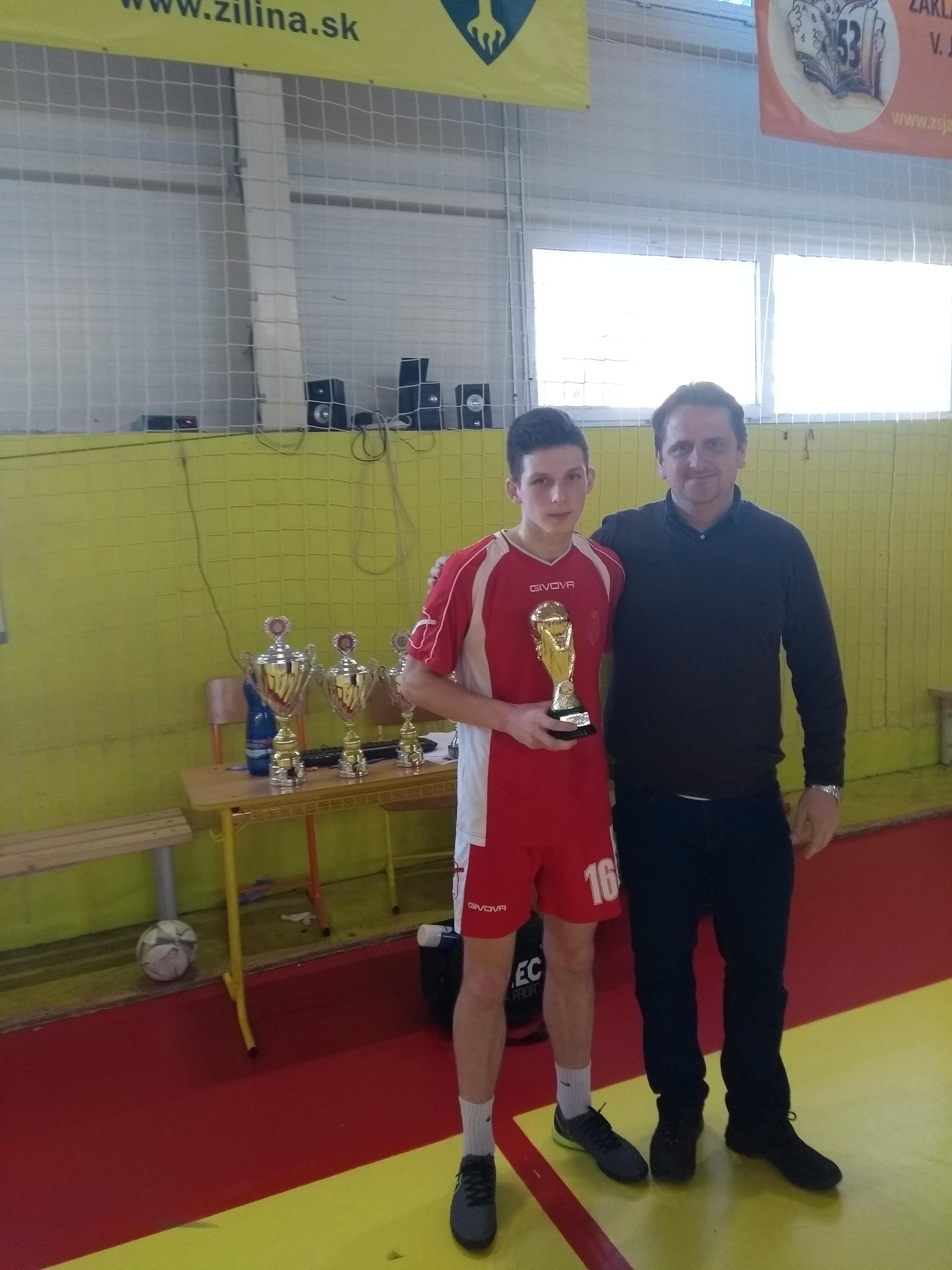 Peter Kavalek preberá cenu za najlepšieho hráča od starostu Snežnice MVDr. Hlavatého